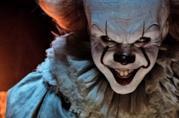 Il ghigno di Pennywise, il clown del fim IT, in un primo piano