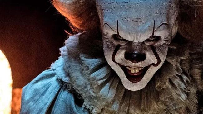 Il ghigno di Pennywise, il clown del fim IT, in un primo piano