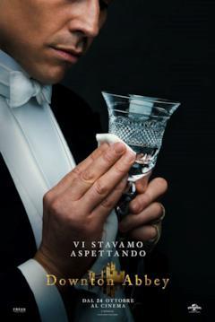 Thomas lucida un bicchiere nel poster di Donwton Abbey