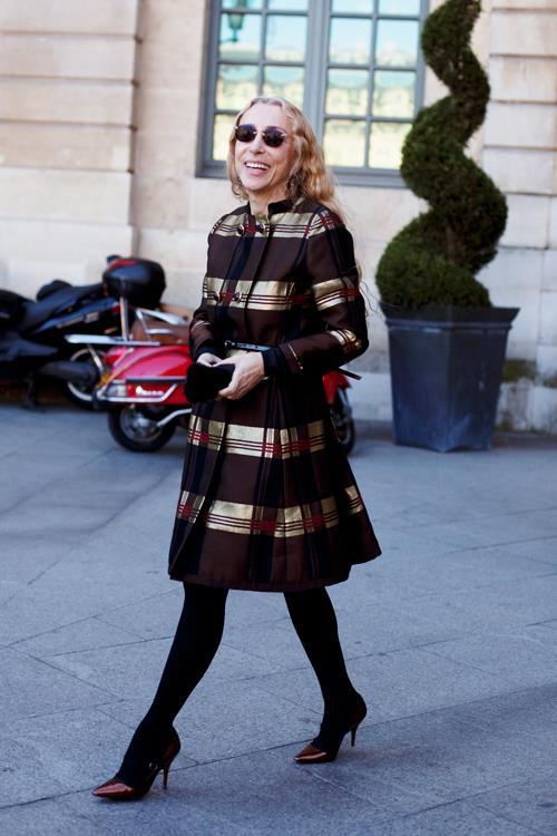 Franca Sozzani con un abito marrone e dorato