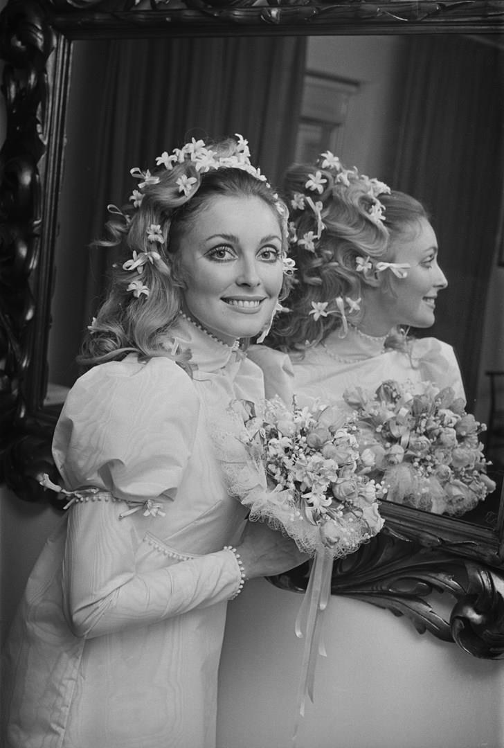 Sharon Tate allo specchio e in abito da sposa