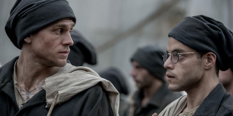Charlie Hunnam e Rami Malek in una scena del film