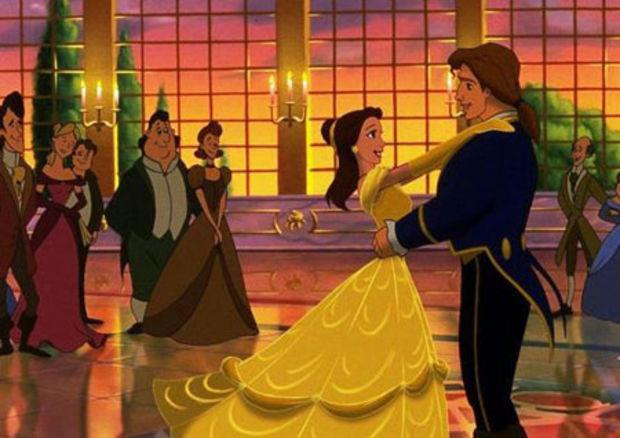 Belle nel film d'animazione La Bella e la Bestia balla con il suo abito giallo
