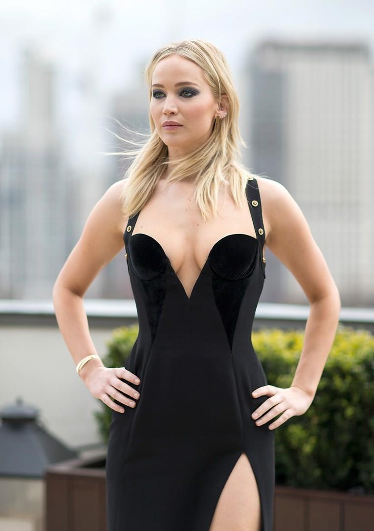 Jennifer Lawrence è la sensuale protagonista del thriller Red Sparrow
