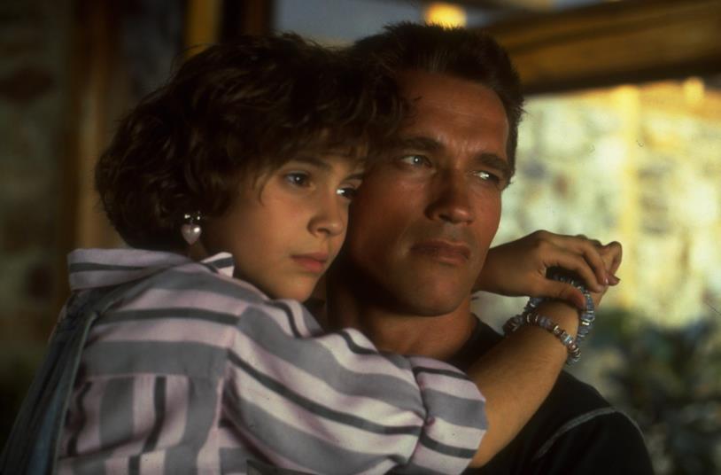 Arnold Schwarzenegger con una giovanissima Alyssa Milano in una scena del film
