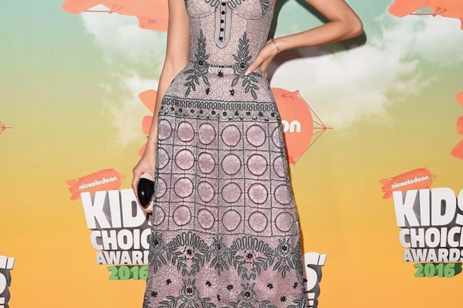 Il fronte del vestito di Ulyana Sergeenko indossato da Zendaya