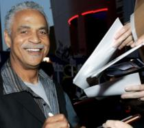 Ron Glass firma autografi durante un evento ufficiale