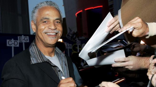 Ron Glass firma autografi durante un evento ufficiale