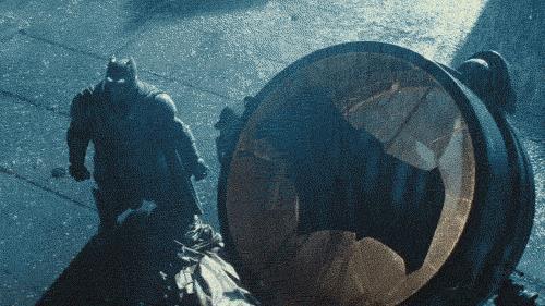 Batman in armatura accende il bat-segnale