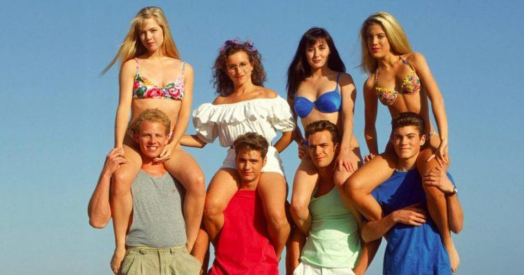 I ragazzi di Beverly Hills 90210 tengono sulle loro spalle le ragazze della serie
