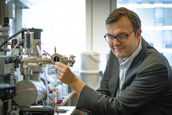 Il professor Kasper Moth-Poulsen accanto al sistema prototipo per creare energia solare in bottiglia