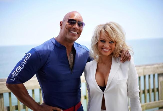 Dwayne Johnson in compagnia di Pamela Anderson
