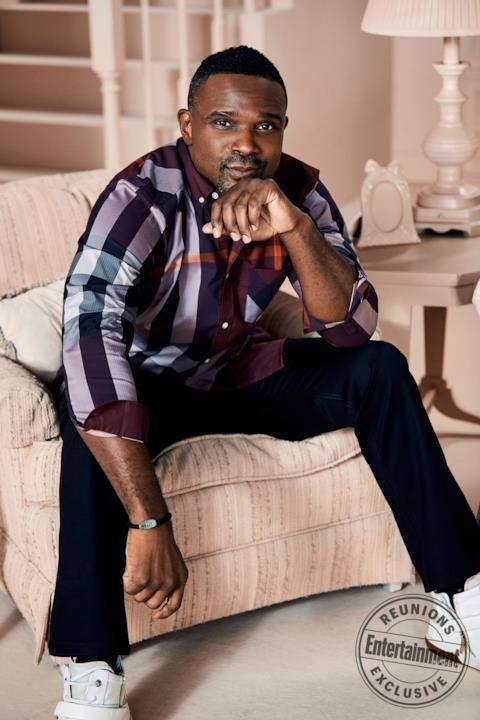 Darius McCrary seduto sulla poltrona con aria pensosa