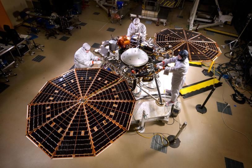 Alcuni addetti ai lavori della NASA si occupano della manutenzione della sonda InSight