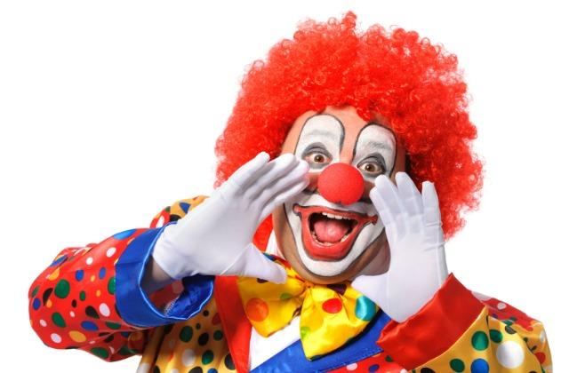 Uomo vestito da clown