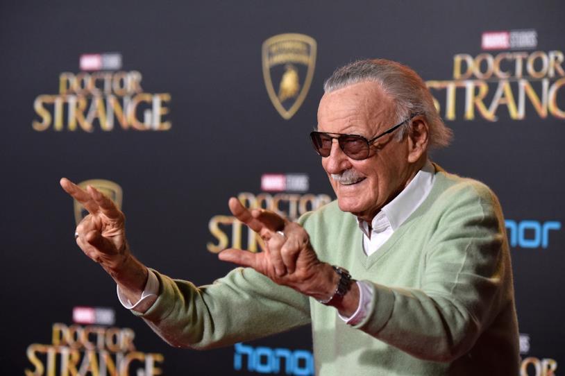 Stan Lee saluta i fan