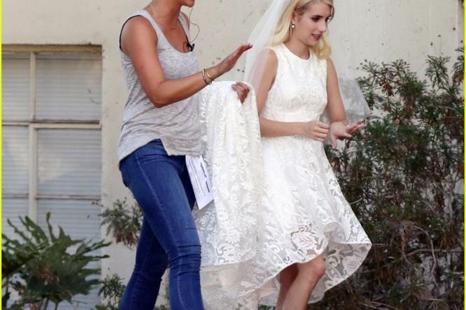 Emma Roberts vestita da sposa sul set di Scream Queens 2