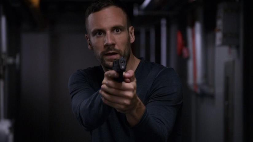 Lance Hunter con una pistola in mano