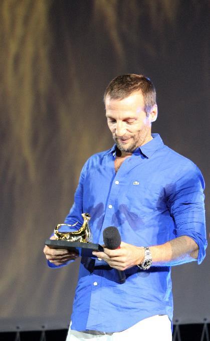 Mathieu Kassovitz guarda il Pardo d'oro ricevuto a Locarno 70