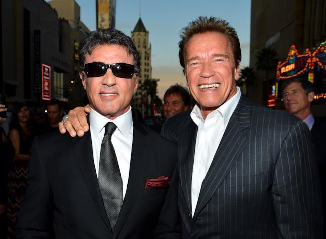 Arnold Schwarzenegger e Sylvester Stallone abbracciati