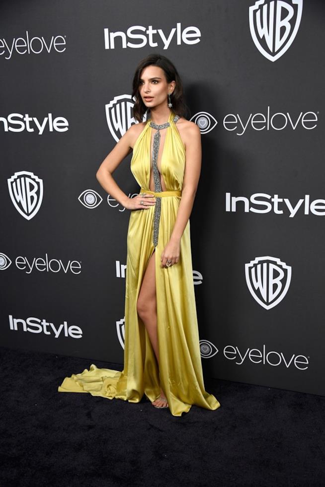 Emily Ratajkowski, spacco inguinale ai Golden Globes 2017