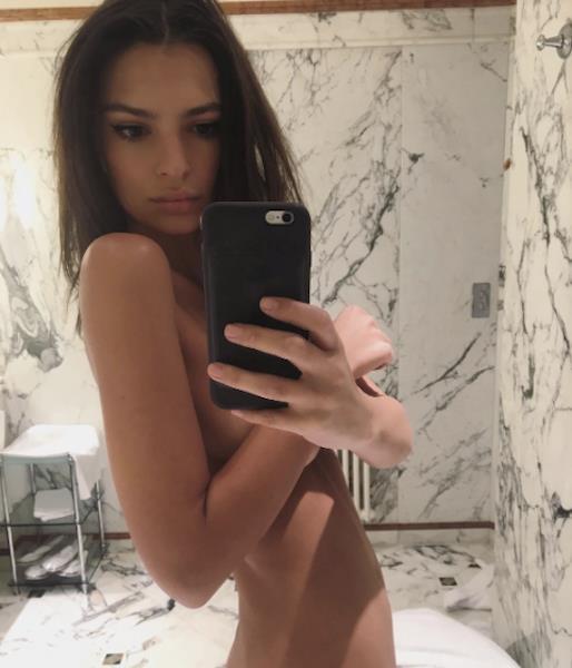 La foto nuda di Emily Ratajkowski postata su Instagram