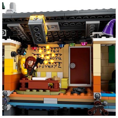 La versione LEGO del soggiorno della casa dei Byers di Stranger Things con la parete dell'alfabeto illuminata da un mattoncino speciale