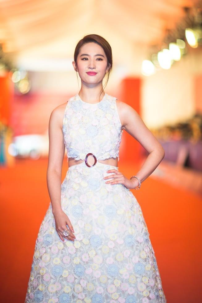 Liu Yifei in un vestito floreale sul red carpet