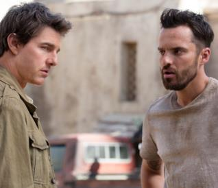 Tom Cruise e Jake Johnson in una scena del film