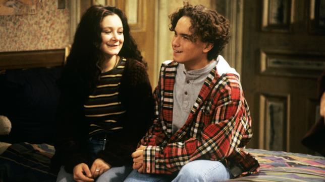 Johnny Galecki sul set di Roseanne con Sara Gilbert