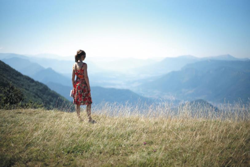 Isabelle Huppert in una scena del film Le cose che verranno