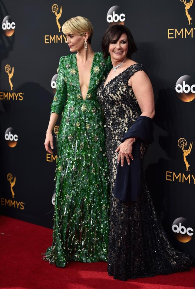 Sarah Paulson e il suo alter ego Marcia Clarke agli Emmy 2016