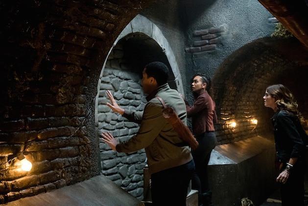 Jenny osserva una parete con due dei nuovi personaggi