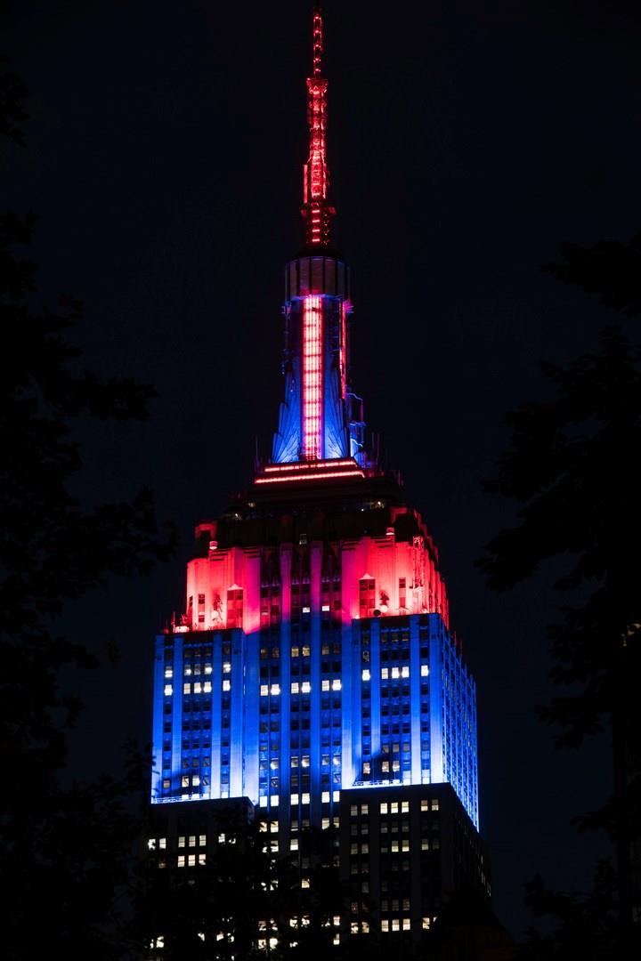 I colori blu e rosso spiccano sulla facciata dell'Empire State Building per Spider-Man: Far From Home