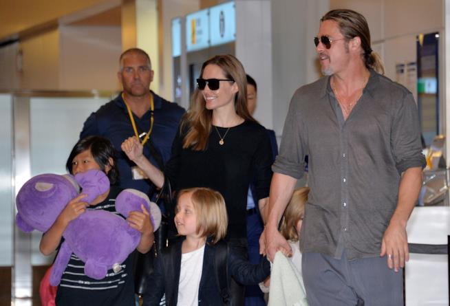 Immagine di Angelina Jolie e Brad Pitt in compagnia dei loro figli