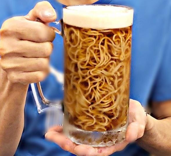 Dimenticate il classico ramen servito nei ristoranti, è arrivato il ramen immerso nella birra!