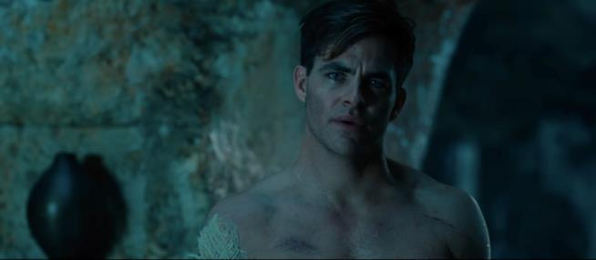 Chris Pine seminudo nei panni del soldato Steve Trevor in Wonder Woman