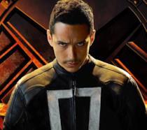Gabriel Luna nei panni di Robbie Reyes con alle spalle il logo dello S.H.I.E.L.D.