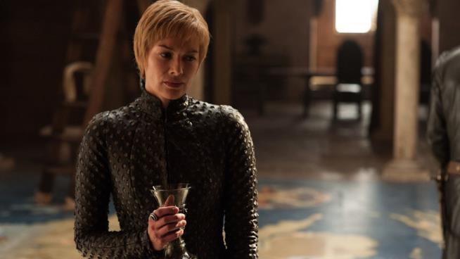 Cersei nella sala della mappa in Game of Thrones