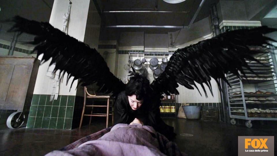 """Shachath (Frances Conroy, Asylum) è l'Angelo della Morte, colei che porta il """"bacio della morte"""" a chi sta per spirare."""