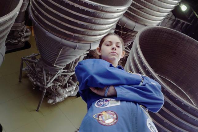 La giovane Alyssa Carson vicino a dei propulsori spaziali