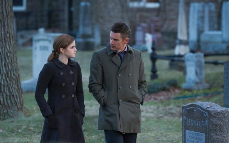 Angela e Bruce passeggiano per il cimitero
