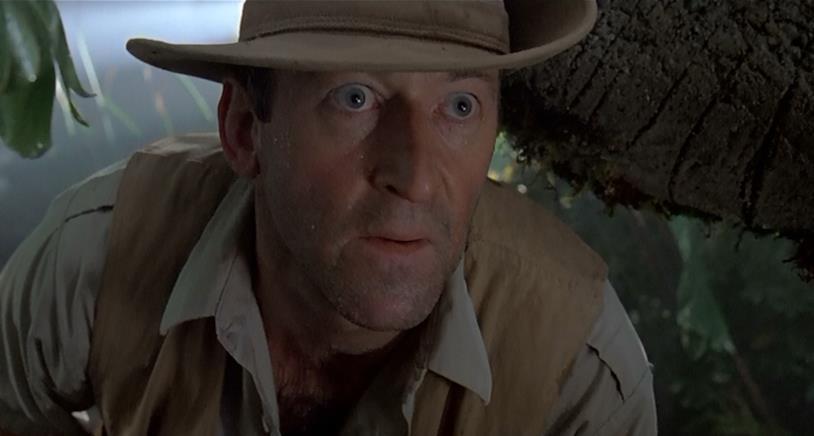 Robert Muldoon viene sopraffatto da un Velociraptor