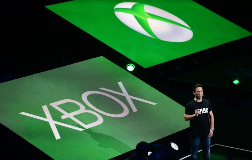 Phil Spencer sul palco di Xbox durante l'E3