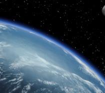 Una parte del pianeta Terra e la Luna in uno scatto diffuso dalla NASA