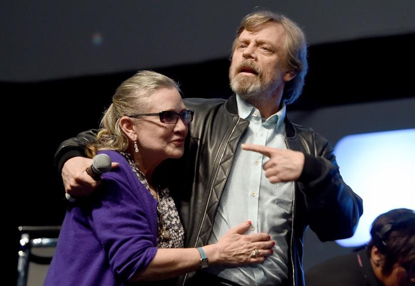 Carrie Fisher abbraccia Mark Hamill