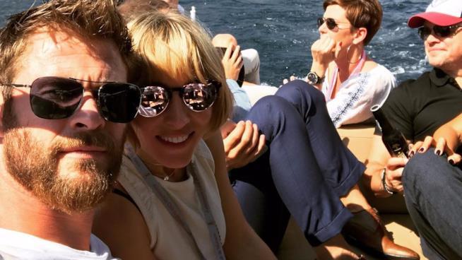 Selfie di Chris Hemsworth e della moglie Elsa Pataky con Matt Damon sullo sfondo