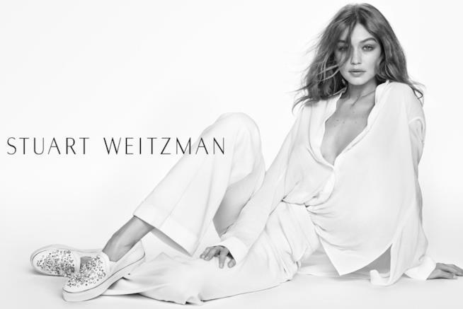 Gigi Hadid vestita di bianco per Stuart Weitzman