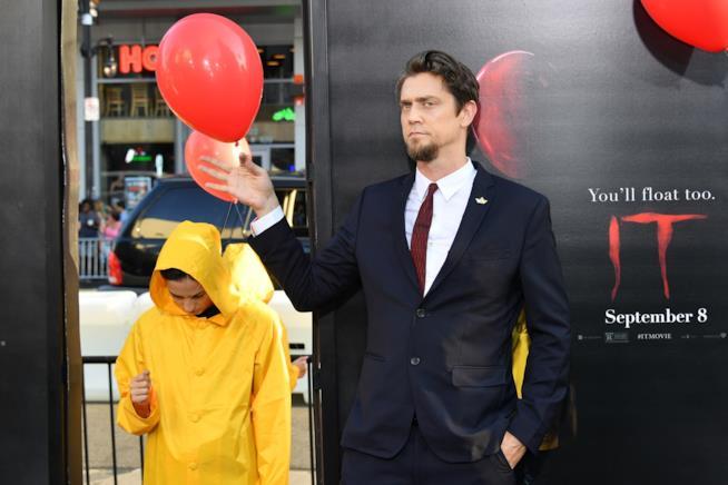 Andy Muschietti tra i palloncini rossi alla prima di IT