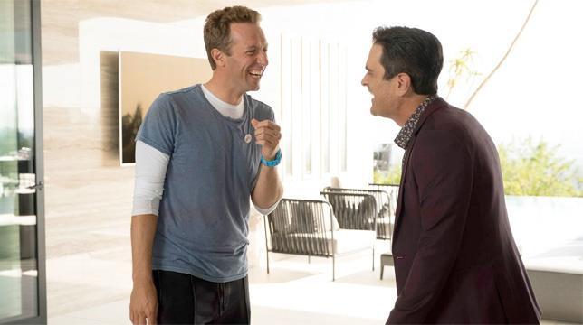Il cantante dei Coldplay con uno dei protagonisti di Modern Family